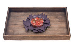 Salsa pico DE Gallo en de blauwe spaanders van de graantortilla Royalty-vrije Stock Afbeeldingen