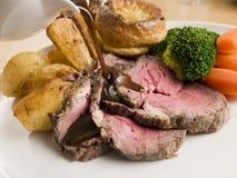 Salsa que es vertida en una carne asada de carne de vaca Imagen de archivo libre de regalías