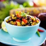 Salsa rôti par feu mexicain de maïs et de haricot noir photos stock