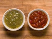 Salsa roja rústica del tomate y verde verde de la salsa Fotos de archivo libres de regalías