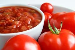 Salsa-Schüssel mit Tomaten Stockbilder