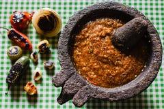 Salsa Tatemada, salsa mexicana hecha con los chiles quemados en México imagenes de archivo