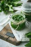 Salsa verde hecha en casa del pesto con ruccola foto de archivo libre de regalías