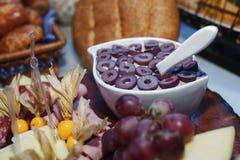 Salsa verde oliva in mezzo alla tavola di approvvigionamento immagini stock