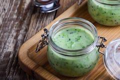 Salsa verde sana del yogur en el cierre de cristal del tarro para arriba imagen de archivo libre de regalías