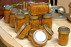 Salsa vert en boîte fait maison de tomate Photographie stock