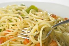Salsa y espárrago frescos naturales de tomate del espagueti Imagenes de archivo