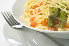 Salsa y espárrago frescos naturales de tomate del espagueti Imágenes de archivo libres de regalías