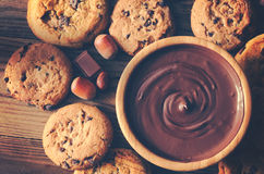 Salsa y galletas de chocolate en la visión tablero de madera Imagen de archivo