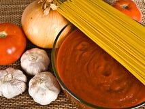Salsa y ingredientes de espagueti Imagen de archivo libre de regalías