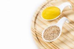 Salsa y semillas de la mostaza amarilla - Sinapis alba Imágenes de archivo libres de regalías