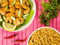 Salsa y tallarines profundos curruscantes de Fried Prawns With Sweet Chilli Foto de archivo libre de regalías