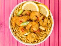 Salsa y tallarines profundos curruscantes de Fried Prawns With Sweet Chilli Foto de archivo