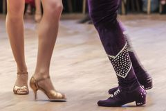 Salsadansares kapacitet på ett dansgolv, ledare, fot detaljer i Turkiet Adana arkivbilder