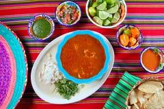 Salsas de chile variadas de la sopa mexicana del mondongo de Pancita fotos de archivo