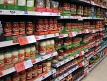 Salsas para pasta en tarros en una tienda. Fotografía de archivo libre de regalías