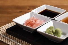 Salsas y agregaciones del sushi fotografía de archivo