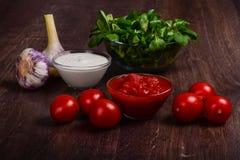Salse crema casalinghe dell'aglio e del pomodoro fotografia stock
