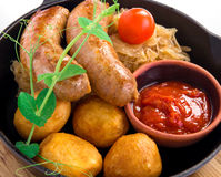Salsicce di maiale arrostite con la patata Fotografie Stock Libere da Diritti
