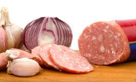 Salsiccia affettata con la cipolla e l'aglio Fotografia Stock Libera da Diritti