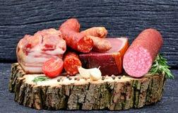 Salsiccia affumicata con le spezie e l'aglio su un bordo di legno Fotografia Stock Libera da Diritti