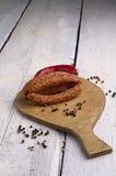 Salsiccia, granelli di pepe e peperoncino rosso Fotografie Stock Libere da Diritti