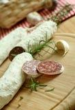 Salsiccia asciutta curata con rosmarino Immagini Stock
