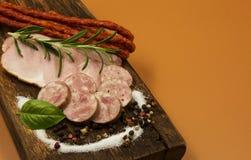 Salsiccia asciutta kabanosy, fette di prosciutto e salsiccia di maiale su un legno Immagine Stock Libera da Diritti