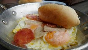 Salsiccia cinese del wuth dell'uovo fritto e servire della salsiccia del Vietnam con pane francese Fotografia Stock