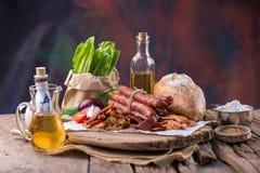 Salsiccia cinese e salsiccia cinese affettata per il cuoco su w verde fotografie stock libere da diritti