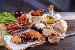 Salsiccia cinese e carne di maiale martellata a scatti per il cuoco su una parte posteriore di legno fotografia stock