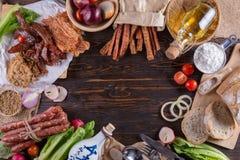 Salsiccia cinese e carne di maiale martellata a scatti per il cuoco su una parte posteriore di legno fotografie stock