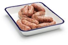 Salsiccia cruda in vassoio del macellaio Immagine Stock