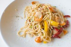 Salsiccia degli spaghetti con i peperoncini rossi asciutti Immagini Stock
