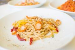 Salsiccia degli spaghetti con i peperoncini rossi asciutti Fotografia Stock