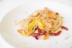 Salsiccia degli spaghetti con i peperoncini rossi asciutti Fotografie Stock