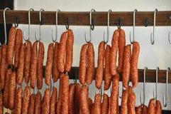 Salsiccia di maiale affumicata su appesa Fotografie Stock Libere da Diritti
