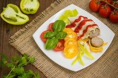 Salsiccia domestica in pane della pita Tabella di legno Vista superiore Primo piano Fotografia Stock