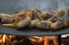 Salsiccia e Apple che cucinano sopra un fuoco di accampamento Fotografia Stock Libera da Diritti