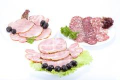 Salsiccia e carne di taglio su una tabella. Immagini Stock Libere da Diritti