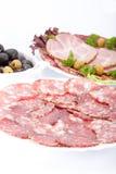 Salsiccia e carne di taglio su una tabella. Fotografia Stock Libera da Diritti
