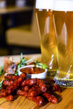 Salsiccia e costole di carne di maiale fritte con birra Fotografie Stock Libere da Diritti