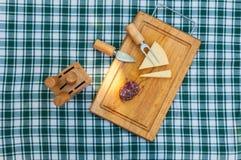 Salsiccia e formaggio sulla tavola Immagine Stock