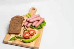 Salsiccia e pane saporiti con lattuga ed il pomodoro per pranzo e la cena fotografie stock
