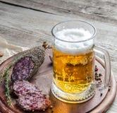 salsiccia francese del saucisson con vetro di birra Fotografia Stock Libera da Diritti