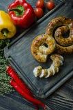 Salsiccia fritta con le erbe e le spezie, fondo di legno Anello della salsiccia casalinga al forno Servito su un bordo di legno c fotografie stock libere da diritti