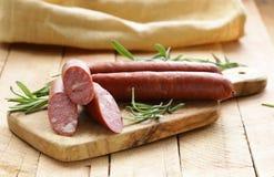 Salsiccia secca con i rosmarini freschi Fotografie Stock