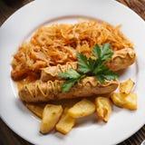 Salsiccie al forno di Monaco di Baviera con cavolo stufato Immagini Stock Libere da Diritti