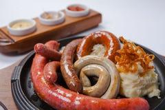 Salsiccie arrostite assortite con le purè di patate Fotografia Stock