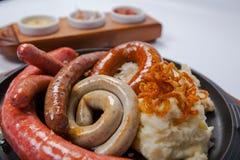 Salsiccie arrostite assortite con le purè di patate Fotografia Stock Libera da Diritti